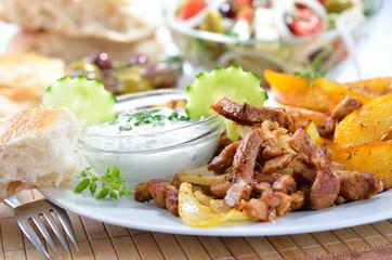 Scharf angebratenes Gyros mit Tsatsiki und Bratkartoffel