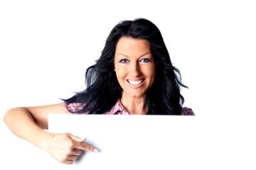 Lachende junge Frau zeigt auf weiße Tafel