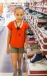 junior dans un magasin de chaussures