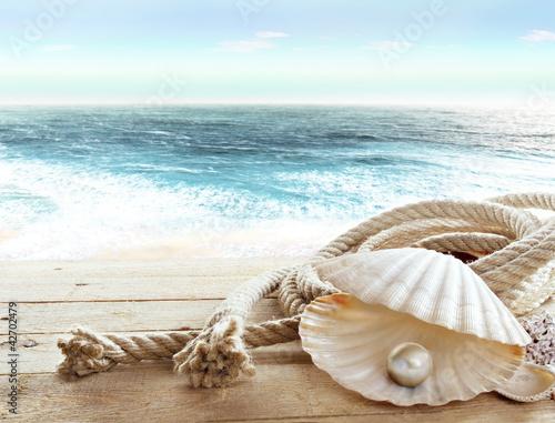 perla-w-muszli-i-cuma-na-pokladzie-plynacego-statku