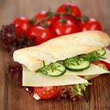Baguette mit Käse, Salat, Gurken und Tomaten