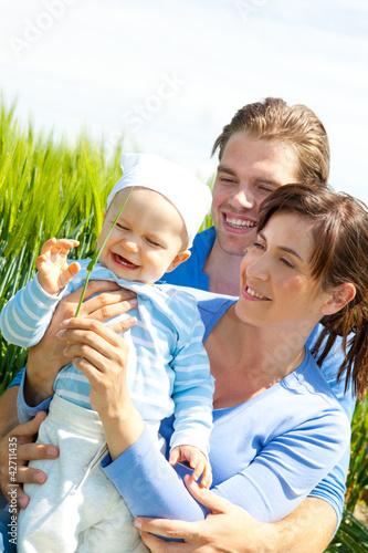 familie mit kind in der natur