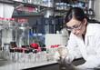 Mujer científico mirando muestra
