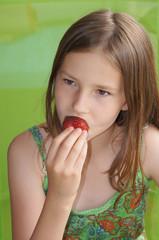 Mädchen mit Erdbeere