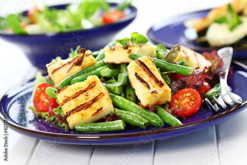 Grilled cheese on green beans with tomatoes