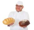 Bäcker hält zwei frisch gebackene Brote