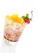 Cocktail mit rotem Sirup und gelben Bobas
