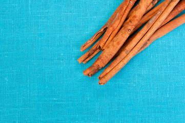 Canela en astillas fondo azul de tela