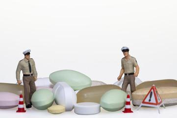 Polizisten mit Tabletten
