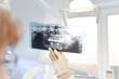 Zahnärztin zeigt Röntgenbild