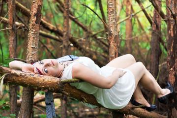 Julia auf dem Baumstamm