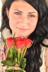 femme avec roses