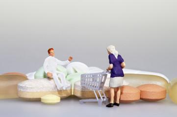 Arzt/Apotheker mit Patientin und Tabletten