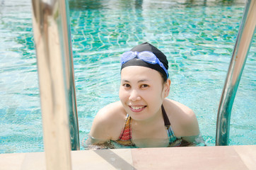 Close up woman swimming in swimming pool.