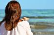 Jeune femme en vacances au bord de l'eau