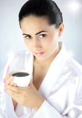 Piękna kobieta z filiżanką aromatycznej kawy