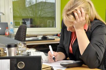 Bürokraft macht Überstunden