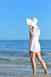 Femme marchant au bord de l'eau