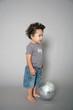 Kleinkind spielt Fußball