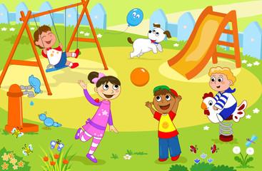Gruppo di bambini giocano al parco giochi