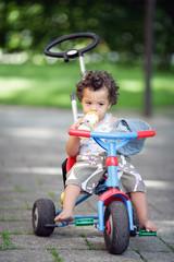 Kind auf Dreirad