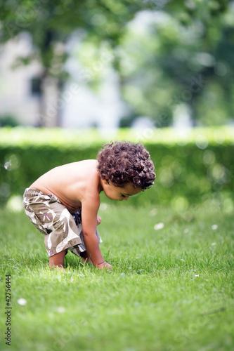 Kleinkind erforscht die Umgebung