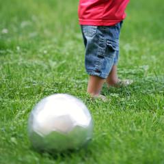 Bub spielt im Park Fußball