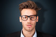 junger Mann mit Nerdbrille