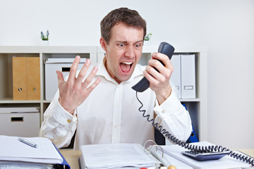 Zorniger Geschäftsmann telefoniert