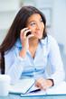 auszubildende telefoniert mobil