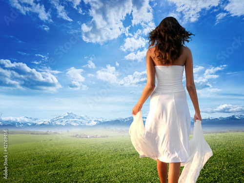 Enjoying pure freedom | Woman on a meadow