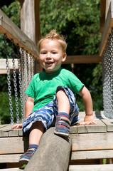 Kleiner Junge auf dem Klettergerüst