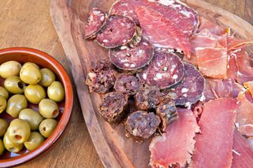 Apéro : Assortiment de charcuterie et olives