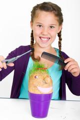 Mädchen spielt Friseur