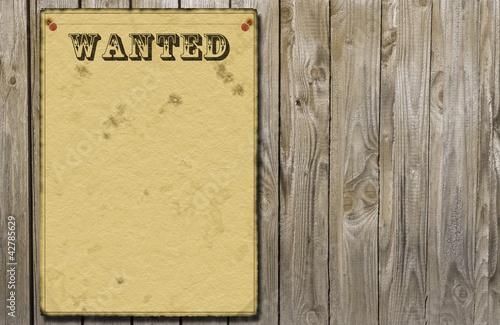Steckbrief an einer Holzwand