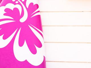 Hibiskusblüte auf Surfbrett Ausschnitt
