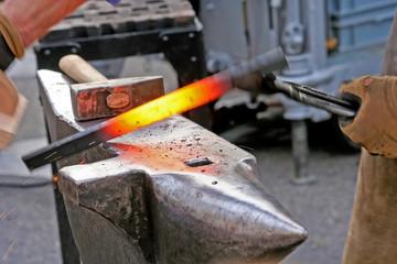 Schmied hämmern heißes Eisen auf Amboss