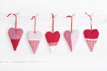 Fünf rote Herzen der Liebe