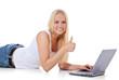 Attraktives Mädchen zeigt Daumen hoch und nutzt Laptop