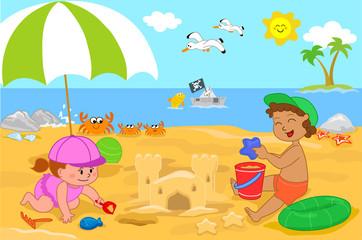 Due bambini che giocano in spiaggia con la sabbia
