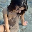 jeune femme assise sur un rocher