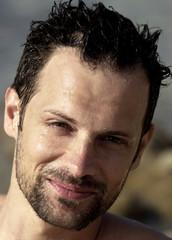 ritratto modello sorridente con capelli e viso bagnati