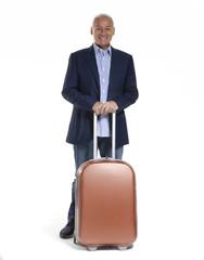 Señor de viaje sujetando una maleta.