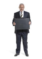 Señor ejecutivo sosteniendo un maletín.