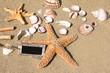 Strandgut mit Schild zum Beschriften