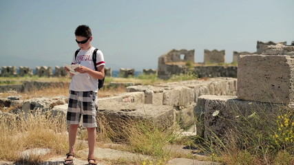 Young teenager sightseeing ancient wals