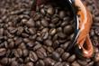 Taza de café llena de granos de café