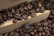 Cajón, granos de café, molinillo