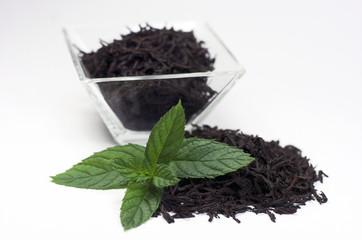 Cuenco de té con hojas de menta