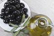 Plato de aceitunas negras aliñadas con aceite de oliva.